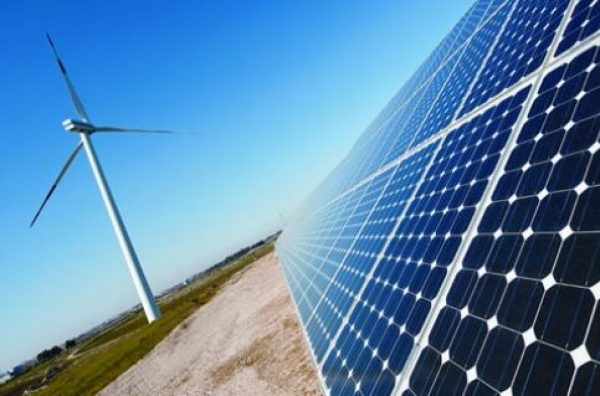 Rapidly expanding solar and wind power drives the US clean energy transition.